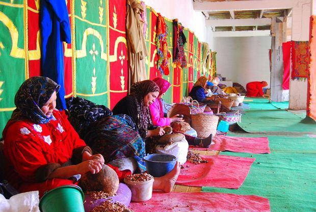 Kobiety wytwarzające olej arganowy