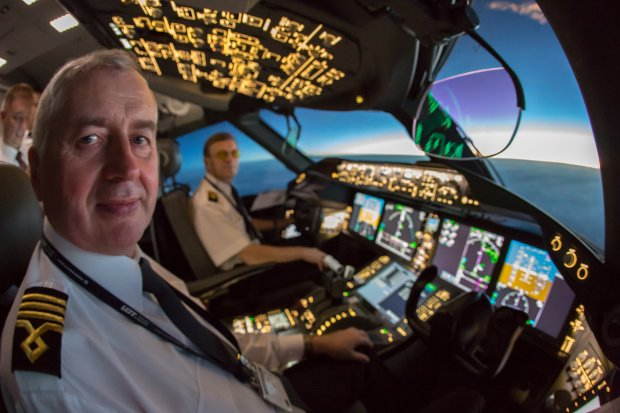 Nawet młody, debiutujący w lotach pasażerskich pilot ma już duże doświadczenie w lataniu. Jak to możliwe?