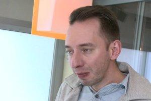 """Adam Konkol z zespołu """"Łzy"""" o swojej chorobie: Całe życie mówiono mi, że już nie będzie lepiej tylko gorzej. Na koncertach plułem krwią"""
