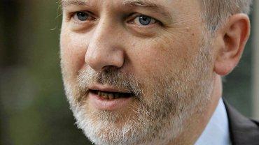 Minister Denis Baupin ustąpił ze stanowiska, choć nie przyznaje się do zarzucanych mu czynów. Osiem kobiet oskarża go o molestowanie