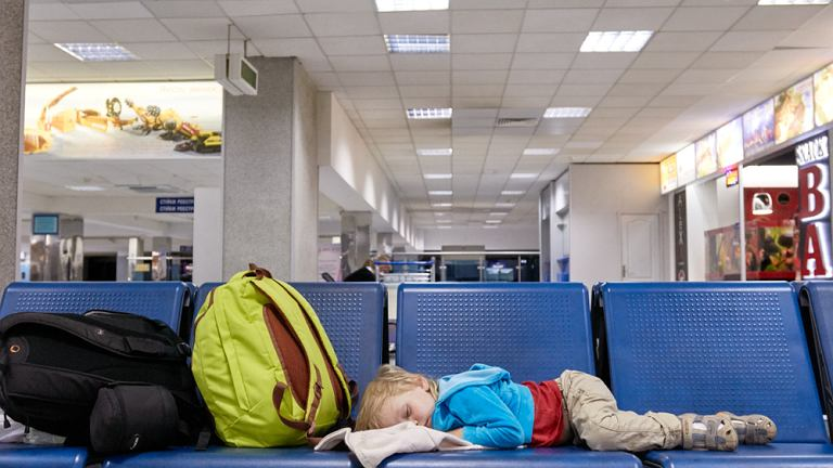 Zakaz spania na lotnisku to nowa zasada obowiązująca na lotnisku Stansted (Wielka Brytania)