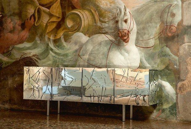 Scrigno - lustrzana komoda, projekt braci Fernando i Humberto Campana.
