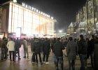 Grupy m�odych ludzi na centralnym placu w Kolonii 31.12.2015 r.