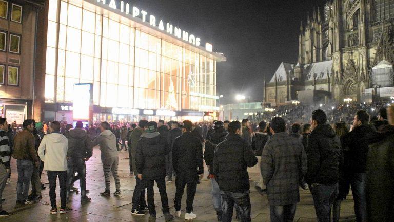 Grupy młodych ludzi na centralnym placu w Kolonii 31.12.2015 r.