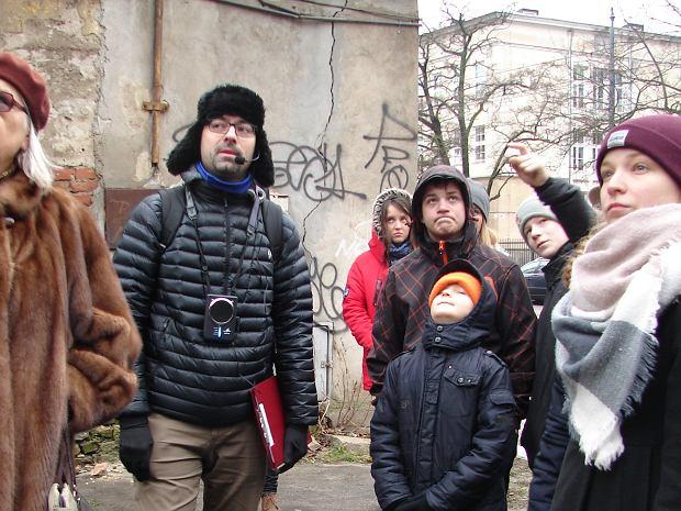 Krzysztof Michalski (w środku), animator programu rewitalizacji, podczas prowadzenia jednego ze spacerów po Szmulowiźnie