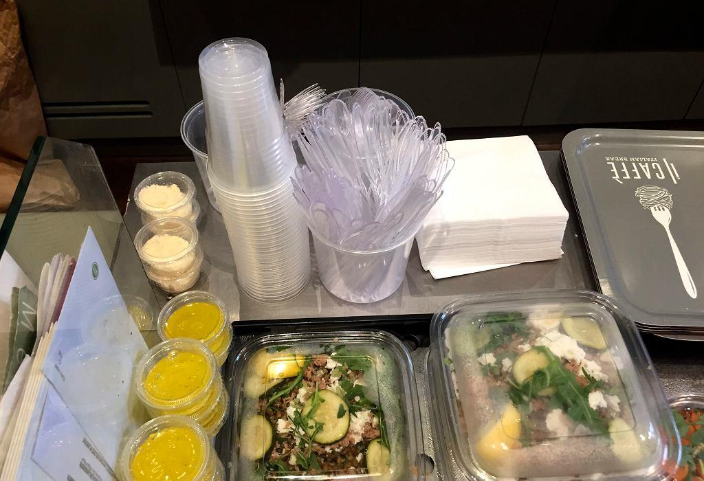 Plastikowe naczynia i sztućce w jednej z paryskich restauracji