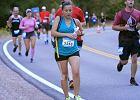 Nogi przemierzają kolejne kilometry półmaratonu, ręce ściągają mleko z piersi