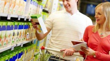 """Dzięki obowiązującym przepisom bycie świadomym konsumentem stało się zdecydowanie łatwiejsze. Samo słowo """"sok"""" (nie """"napój"""" czy """"nektar"""") na opakowaniu to już sporo cennych informacji"""
