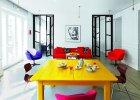 Efektowne szklane drzwi  wykonała pracownia form użytkowych Jan Terlecki. Na stole projektu pani domu japońska porcelana Noritake. Fotografia nad kanapą Wojciech Wieteska, krzesła Flototto.