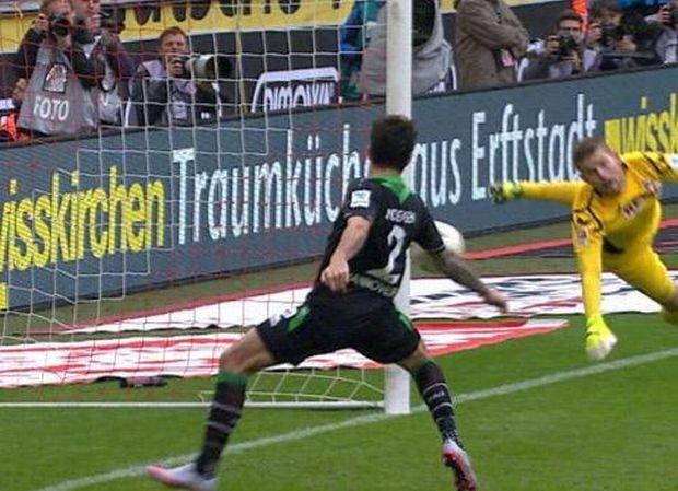 Bundesliga. Kuriozalny gol przes�dzi� o wyniku meczu [WIDEO]