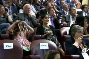 Amal Clooney z mężem u papieża Franciszka. Strój zgodny z etykietą, za to nakrycie głowy nietuzinkowe