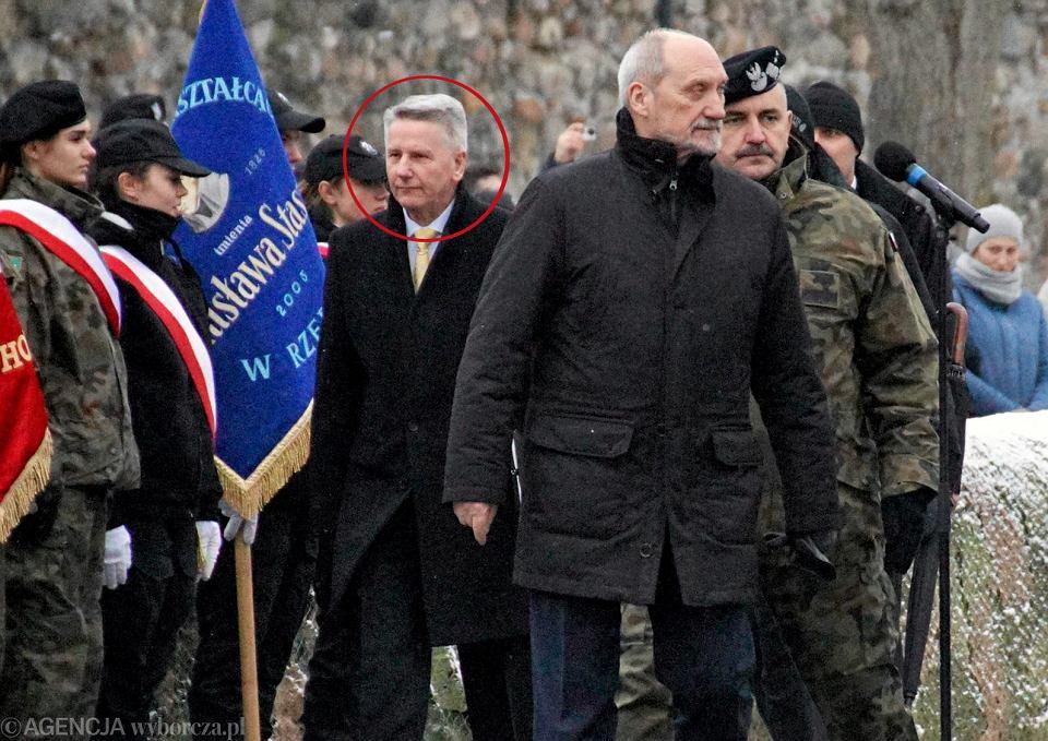 Przywitanie wojsk USA przez premier Beatę Szydło i Antoniego Maciarewicza w Żaganiu. Zaznaczony - tajemniczy pan Kazimierz