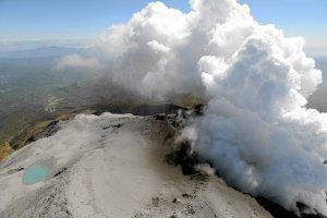 Japonia: ro�nie tragiczny bilans ofiar po erupcji wulkanu. S�u�by odnalaz�y wiele cia�