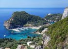 Grecja Korfu. 1) Korfu  pogoda: najcieplejsze miesi�ce to lipiec i sierpie�  - 31�C. Wiosn� (maj) mo�emy spodziewa� si� temperatury do 23�C, w czerwcu i wrze�niu - 28�C. 2) Korfu woda: morze w okolicach wyspy Korfu nie nale�y do najcieplejszych. Najwy�sz� temperatur� osi�ga we wrze�niu - 25� C. W maju woda ma zaledwie 19�C, w czerwcu i lipcu - 22�C, w sierpniu - 25�C. 3) Korfu pla�e: pla�e Korfu s� bardzo r�norodne - piaszczyste, �wirowe, kamieniste i mieszane. Niekt�re z nich s� male�kie, inne ci�gn� si� kilometrami. Do najbardziej znanych pla� nale��: Sunset Logas Beach (piaszczysta u podn�a klif�w), Glyfada (piaszczysta) czy te� - idealne dla dzieci (p�ytka woda i piaszczyste dno) - Agios Stefanom i Kalamaki. 4) Korfu  atrakcje: star�wka Korfu (inaczej Kerkira) - stolicy wyspy, kt�ra w 2007 r. zosta�a wpisana na list� �wiatowego Dziedzictwa UNESCO; Peroulades - klify, z kt�rych rozci�ga si� widok na przyl�dek Gratis; Canal d?Amur w Sidari - Kana� Mi�o�ci; Kassiopi - historyczna, tradycyjna wioska rybacka. 5) Korfu jedzenie: kuchnia Korfu serwuje typowo �r�dziemnomorskie potrawy, sk�adaj�ce si� g��wnie z ryb, warzyw, makaron�w i oliwy z oliwek. Typowe lokalne specja�y to: bianco - ryba w sosie cytrynowym, sofrito - sma�ona wo�owina w winnym sosie czy pastitsada - kurczak ze spaghetti gotowany w brytfannie, z sosem pomidorowym, cebul�, cynamonem, go�dzikami, zio�ami i czerwonym winem.