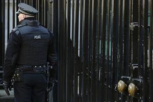 """Brytyjska policja aresztowa�a par� trzymaj�c� w niewoli trzy kobiety. """"Mogli je wi�zi� ponad 30 lat"""""""