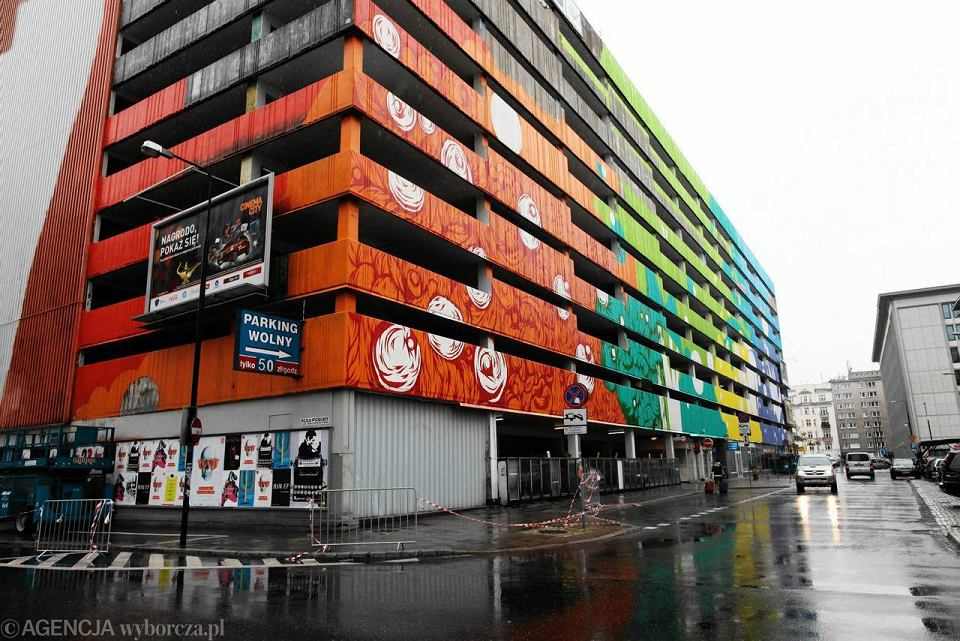 Wielki mural na szarym parkingu w centrum zdj cia for Mural ursynow