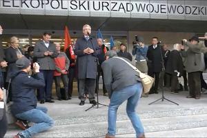 Jacek Jaśkowiak na pikiecie nauczycieli pod urzędem wojewódzkim w Poznaniu