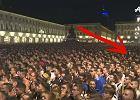 Wybuch paniki wśród kibiców w Turynie. Na tym nagraniu dokładnie widać, jak to się zaczęło