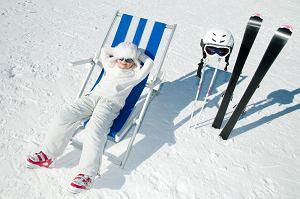 dziecko na nartach,