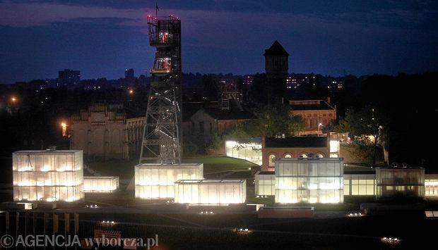 Nowe Muzeum Śląskie - na powierzchni powstał tylko budynek biurowy oraz szklane wieże. Cała konstrukcja jest już nocą podświetlona