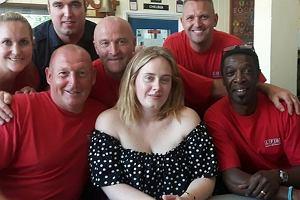 Adele spotkała się ze strażakami z jednostki straży pożarnej w Chelsea