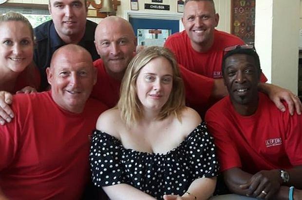 Adele odwiedziła jednostkę straży pożarnej w Chelsea. Podziękowała im za bohaterską walkę z pożarem Grenfell Tower.