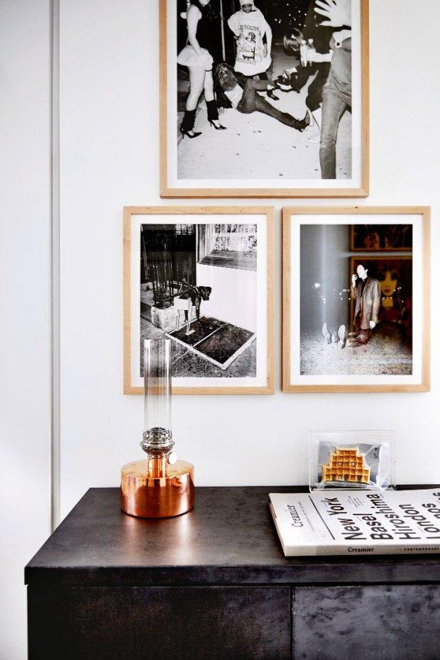 Komodę ze spatynowanego żelaza gospodarze sprowadzili z Francji i odrestaurowali. Lampę naftową na miedzianej podstawie zaprojektowali designerzy ze sztokholmskiej pracowni Broberg & Ridderstrĺle. Na ścianie fotografie skandalizującego artysty Asgera Carlsena.