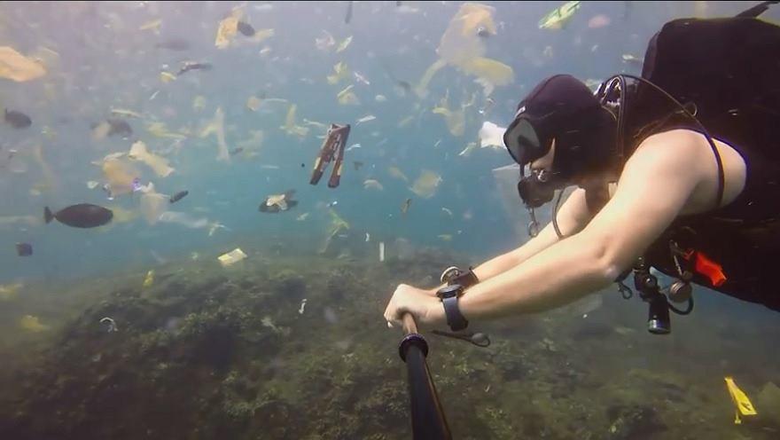 Mężczyzna zanurkował w morzu śmieci niedaleko wyspy Bali