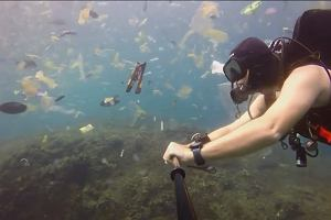 """Zanurkował w bajecznych wodach koło Bali, a tam... wysypisko śmieci. """"Torby, kubki, butelki"""""""