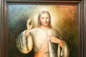 Kobieta obla�a obraz Jezusa Mi�osiernego w �agiewnikach