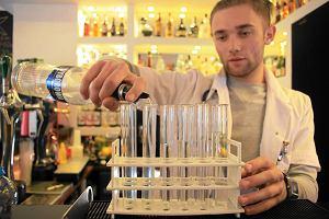 Przychodnia: Drinki w pr�b�wkach i kieliszkach medycznych