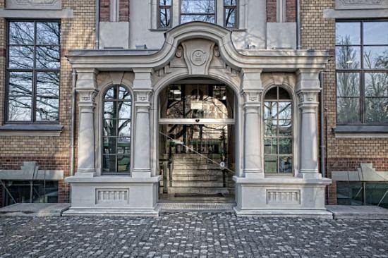 Restauracja znajduje się w Poznaniu na parterze budynku z przełomu XIX i XX wieku, w którym przez prawie 150 lat działała drukarnia Concordia.