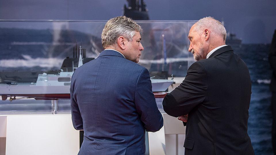 Minister Obrony Narodowej Antoni Macierewicz podczas kieleckich targów przemysłu obronnego.