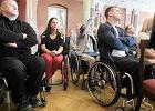 Gala konkursu na rzecz niepełnosprawnych Lodołamacze  odbyła się w sali bez windy. Gości trzeba było wnosić po schodach