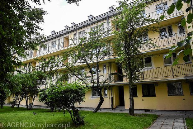 Warszawska Sp�dzielnia Mieszkaniowa na Mokotowie. Zza okien dobiega� stukot maszyn do pisania