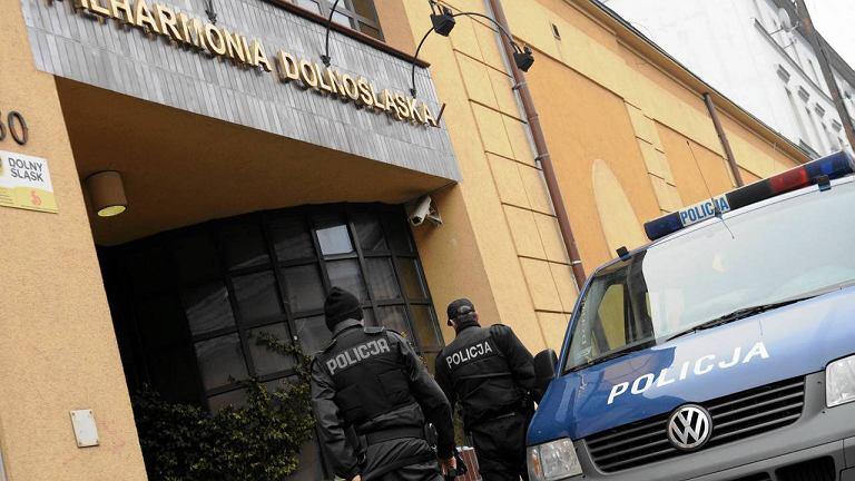 Wejścia do Filharmonii Dolnośląskiej pilnują policjanci