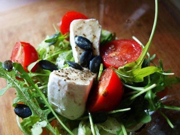 Pestki z dyni - jeden składnik i sałatka zamienia się w skarbnicę wartości odżywczych