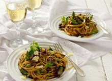 Spaghetti z sosem szparagowo-ziołowym - ugotuj
