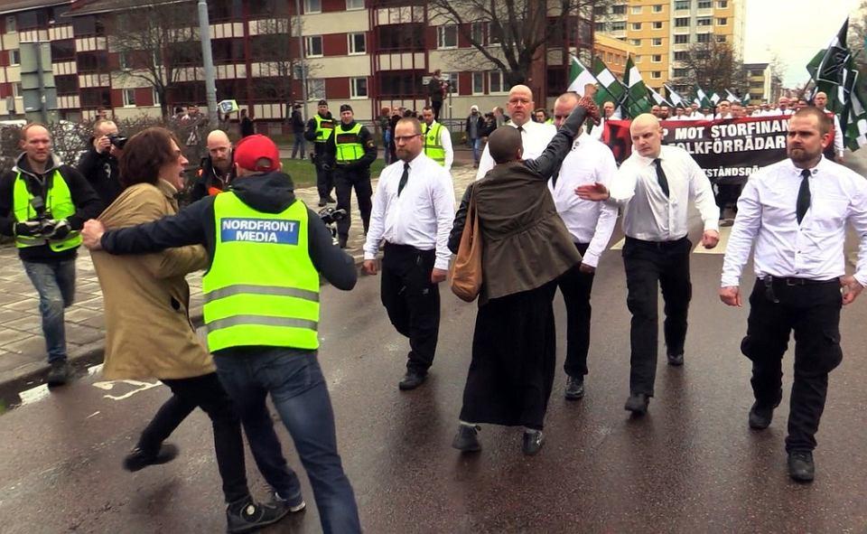Czarnoskóra Tess Asplund blokuje marsz kilkuset nazioli z Nordic Resistance Movement (Nordiska motstandsrorelsens / Nordycki ruch oporu). Borlange, Szwecja, maj 2016.