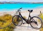 Hiszpania Formentera. 1) Formentera pogoda: Liczba s�onecznych dni na wyspie przekracza rocznie 300, a wiej�ce z p�nocnej Afryki ciep�e wiatry dodatkowo sprawiaj�, �e klimat na Formenterze przez okr�g�y rok sprzyja turystom. Najcieplej jest w lipcu i sierpniu, kiedy to temperatury znacznie przekraczaj� 30�C. Wiosn� wynosz� ok. 20�C, jesieni� - 23�C. 2) Formentera woda: latem temperatura wody przekracza 20�C, a jesieni� a� do pa�dziernika utrzymuje si� w granicach 20�C. 3) Formentera pla�e: Formentera s�ynie z d�ugich piaszczystych pla�. Najpi�kniejsz� pla�� na wyspie, z krystalicznie czyst� wod� i drobnym piaskiem, jest Playa des Illetes. Natomiast Plaja de Migjorn jest jedn� z najwi�kszych. 4) Formentera atrakcje: Rezerwat przyrody Ses Saliners ? najwi�kszy obszar chroniony na wyspie, sk�adaj�cy si� z wielu piaszczystych wydm oraz dw�ch s�onych jezior: Estany Pudent oraz Estany des Prix. Ostoja wielu gatunk�w ptak�w; Jaskinia sople�cowa Xeroni ? przypadkowo odkryta w latach 70-tych jaskinia o powierzchni 700m2, udost�pniona turystom. 5) Formentera jedzenie: zdominowana przez  smaki rodem z Katalonii kuchnia Balear�w uznawana jest za jedn� z najlepszych odmian kuchni �r�dziemnomorskiej. Tradycyjne potrawy na wyspach sk�adaj� si� przede wszystkim z mi�sa. Typow� potraw� jest frit mallorqu? - danie przygotowywane ze sma�onych na oliwie ziemniak�w, podrob�w wieprzowych lub baranich, zielonych papryczek, cebuli i czosnku.