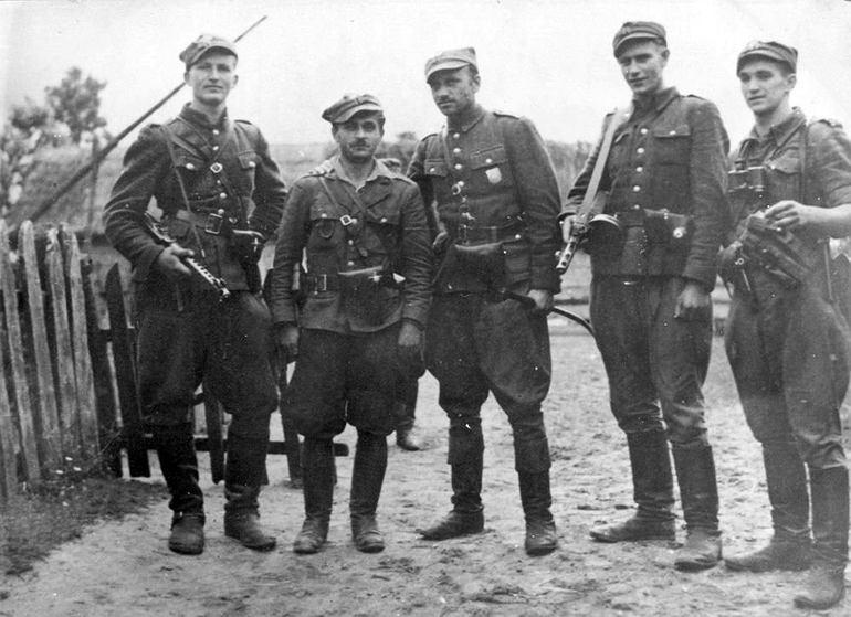 Żołnierze 5 Wileńskiej Brygady AK. Trzeci od lewej mjr Zygmunt Szendzielarz 'Łupaszka' (fot. IPN/Wikimedia Commons/public domain)