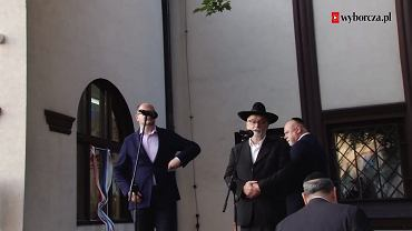 Solidarnościowy protest pod gdańską synagogą, po wybiciu szyby w świątyni
