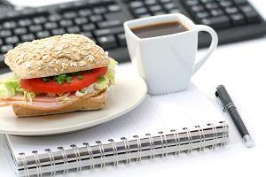 Jak jemy w pracy, czyli grzechy pracownika biurowego