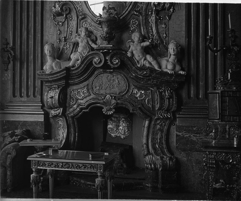 Kominek w Sali Maksymiliana z zaginionymi dzisiaj elementami, m. in. z tarczą herbową (fot. Louis Hardouin)