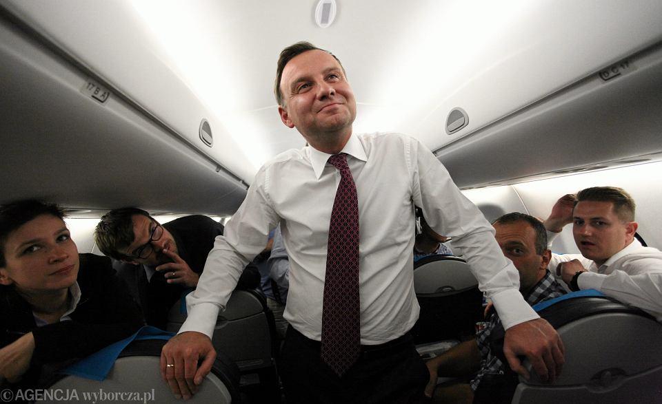 Prezydent RP Andrzej Duda podczas lotu w drodze powrotnej z Tallina rozmawia z dziennikarzami obsługującymi wizytę.