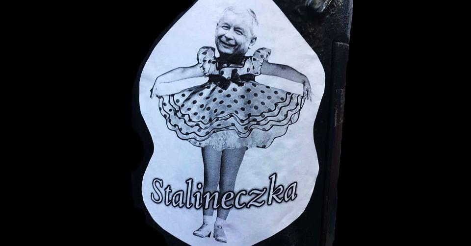 http://bi.gazeta.pl/im/27/1b/15/z22134055V,Jaroslaw-Kaczynski-jako--Stalineczka---Wlepka-z-de.jpg