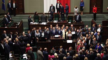 Posłowie opozycji przyłączyli się do protestu dziennikarzy blokując mównicę sejmową po wykluczeniu z obrad przez marszałka Sejmu posła Michała Szczerby .