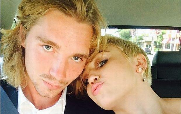 """""""Mam na imi� Jesse """". Co jeszcze wiemy o bezdomnym, kt�ry przyszed� na gal� MTV z Miley Cyrus? I sk�d si� znaj�?"""