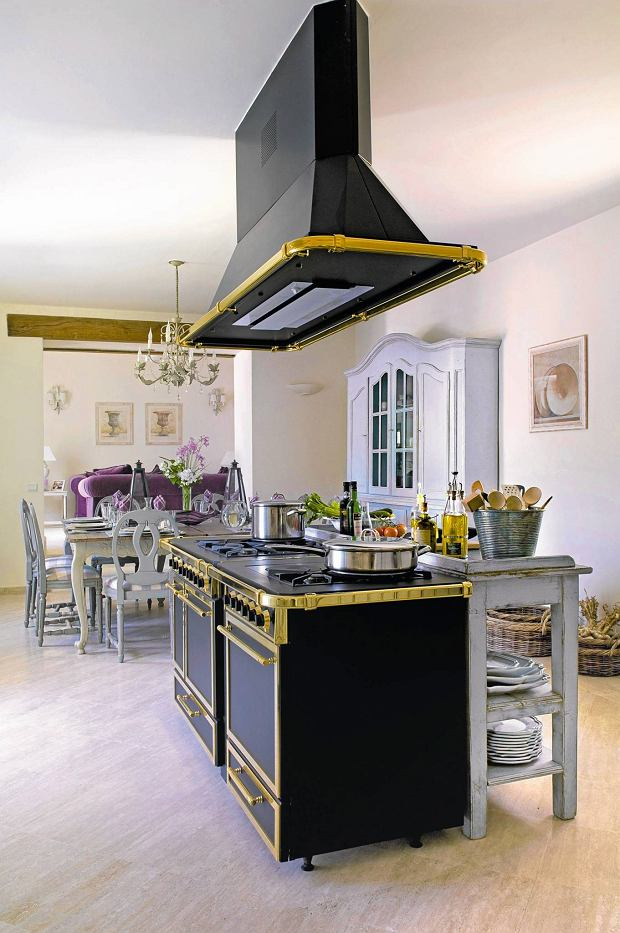Provencal holiday house with courtyard garden SLOWA KLUCZOWE: day colour interior kitchen oven gilt open plan dresser utensil saucepan hob table chair flooring overview extractor room indoors inside