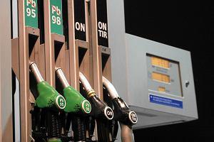 Co sz�sty dystrybutor paliwa nabija kierowc�w w butelk�